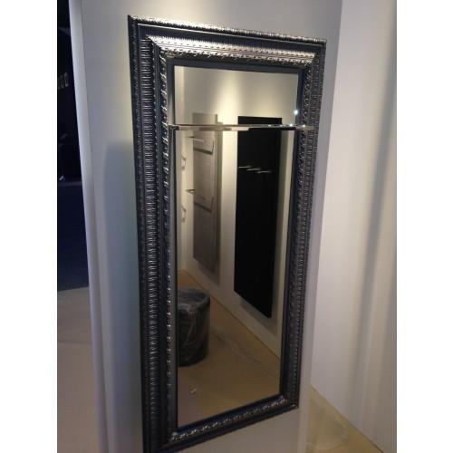 Een natuursteen designradiator die met een spiegel is for Spiegel your name