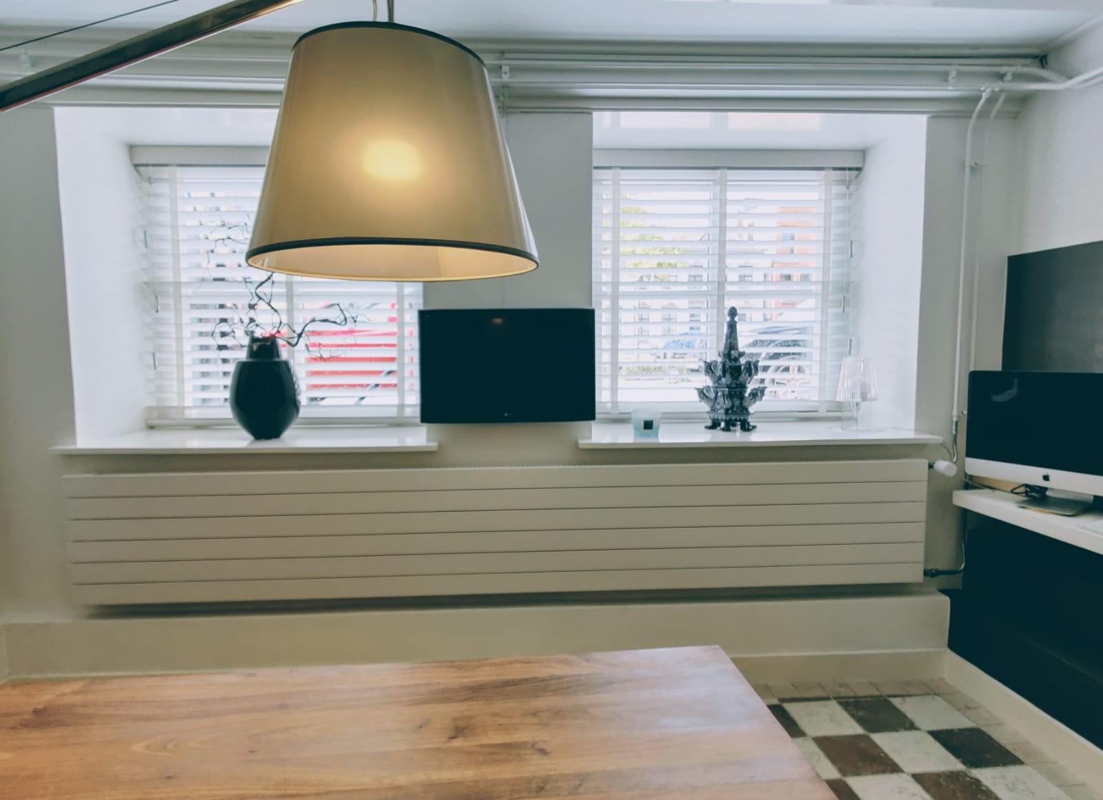 Horizontale lamellen radiator met zij aansluiting